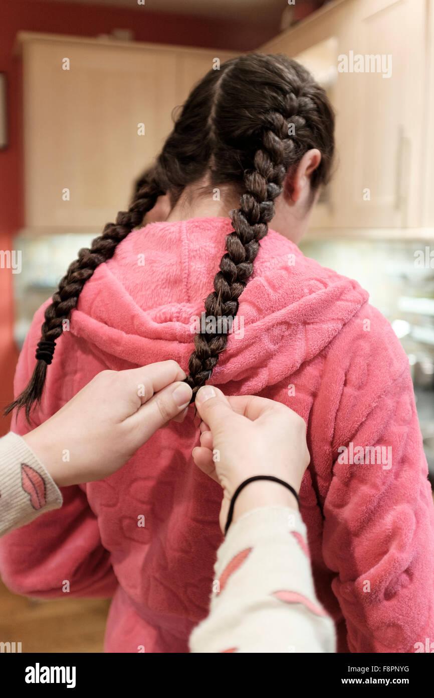Madre trenzas niñas cabello Imagen De Stock
