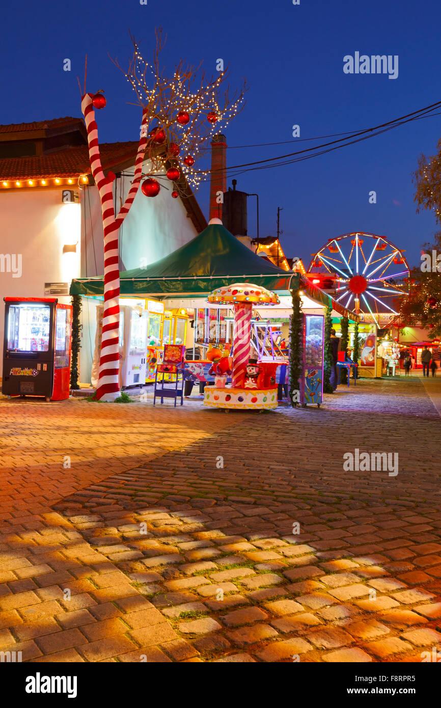 Feria de Navidad y el mercado en el barrio de Gazi en la antigua fábrica de gas de Atenas, Grecia Imagen De Stock