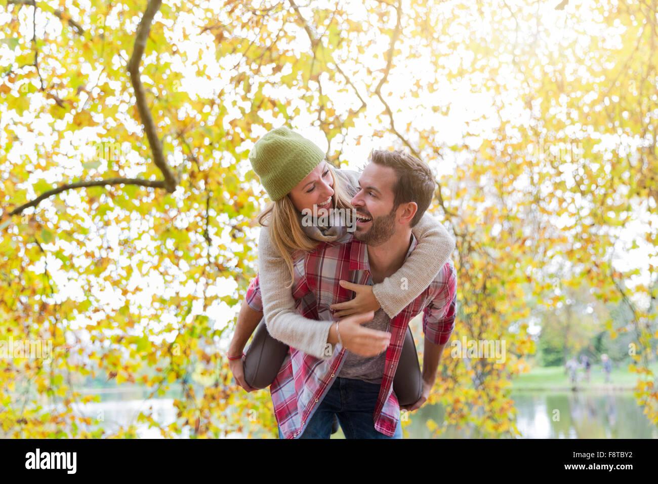 Pareja joven dating en el bosque Imagen De Stock