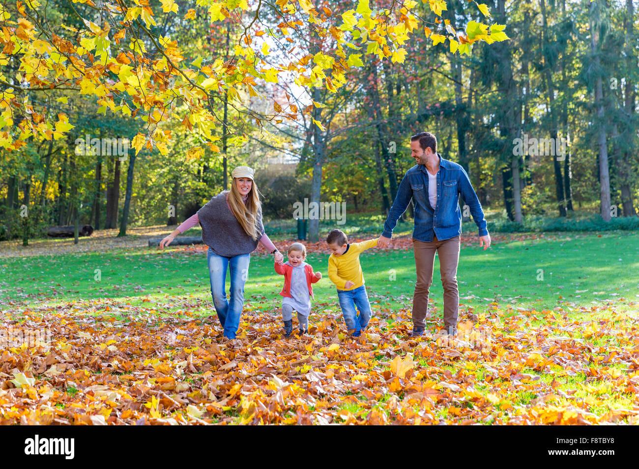 Caminar en el parque de la familia Imagen De Stock