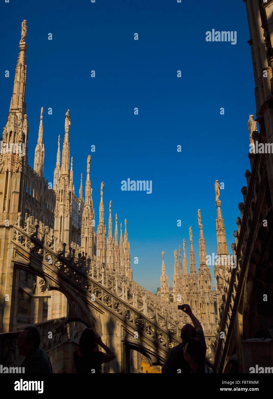 Milán, Provincia de Milán, Lombardía, Italia. Agujas en el techo de la Catedral, o la catedral. Imagen De Stock