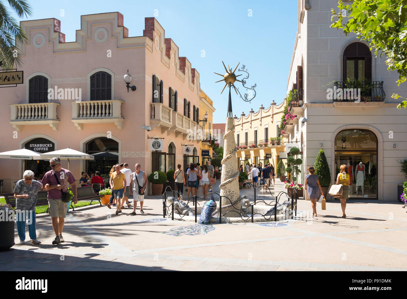 Pequeño cuadrado en La Roca Village Outlet Shopping (diseñador), La Roca del Vallès, Barcelona, provincia de Barcelona, Foto de stock