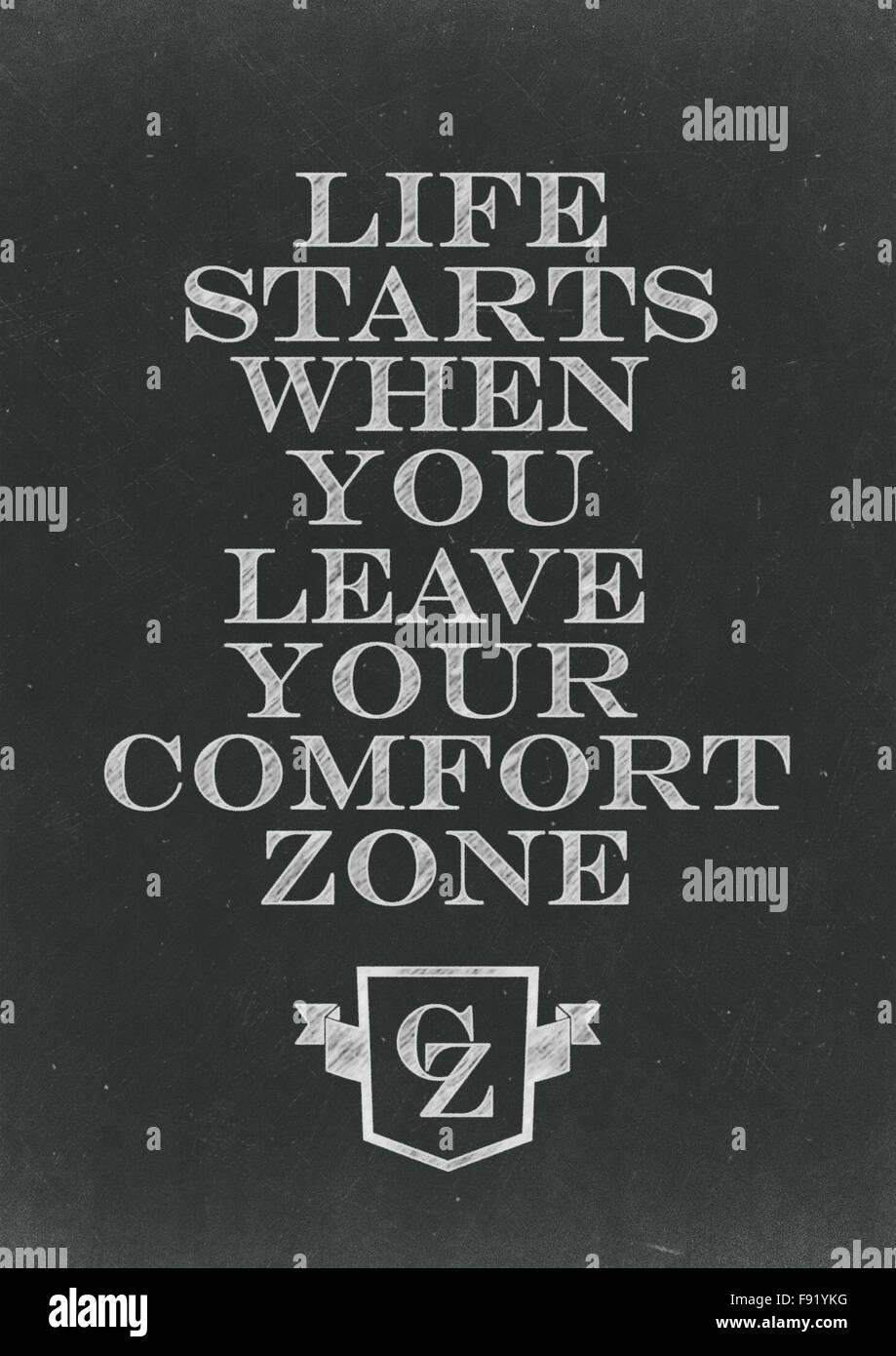 La vida empieza cuando salgas de tu zona de confort escritos a mano en una pizarra Imagen De Stock