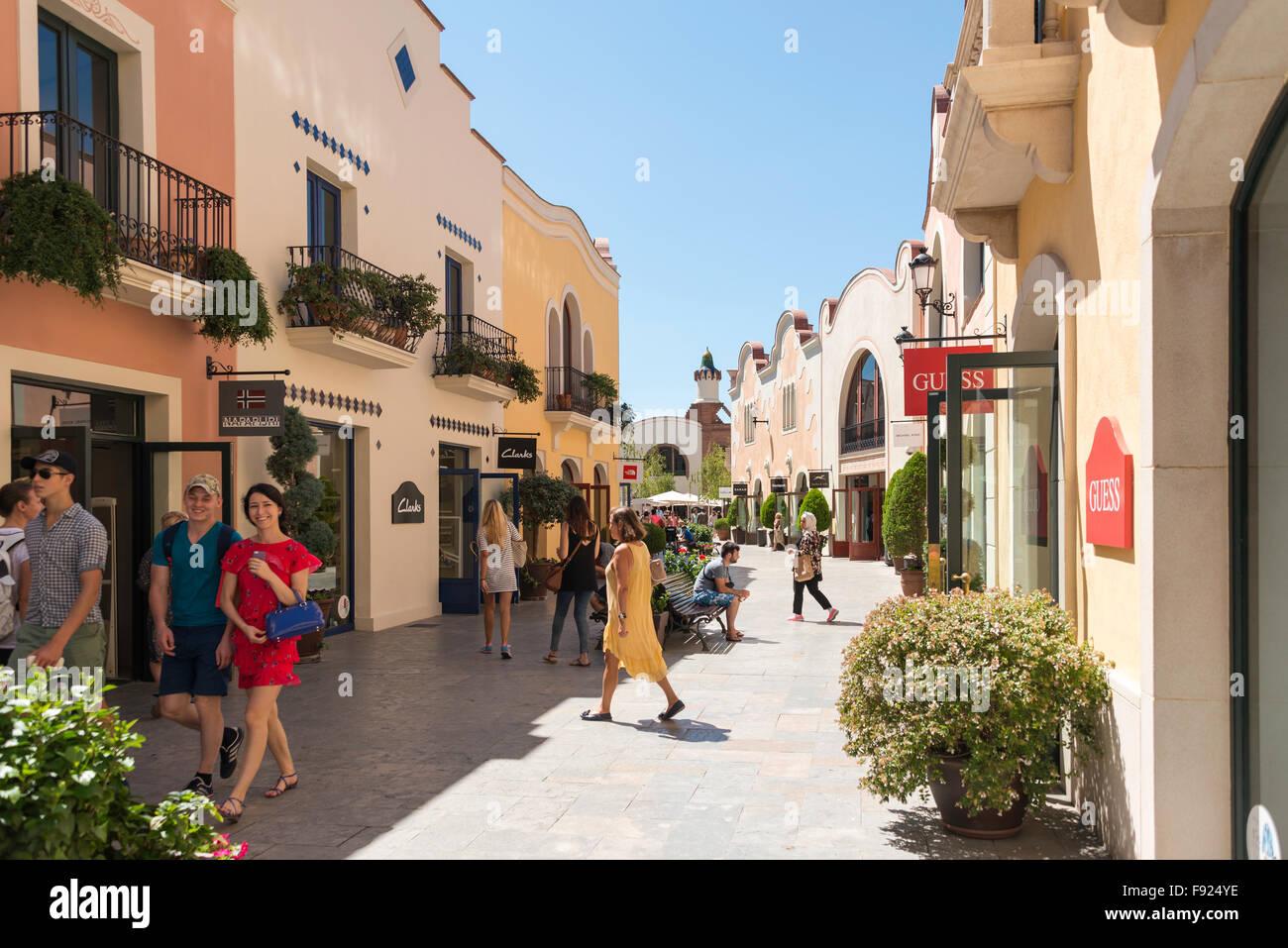 La Roca Village Outlet Shopping (diseñador), La Roca del Vallès, Barcelona, provincia de Barcelona, Cataluña, Imagen De Stock