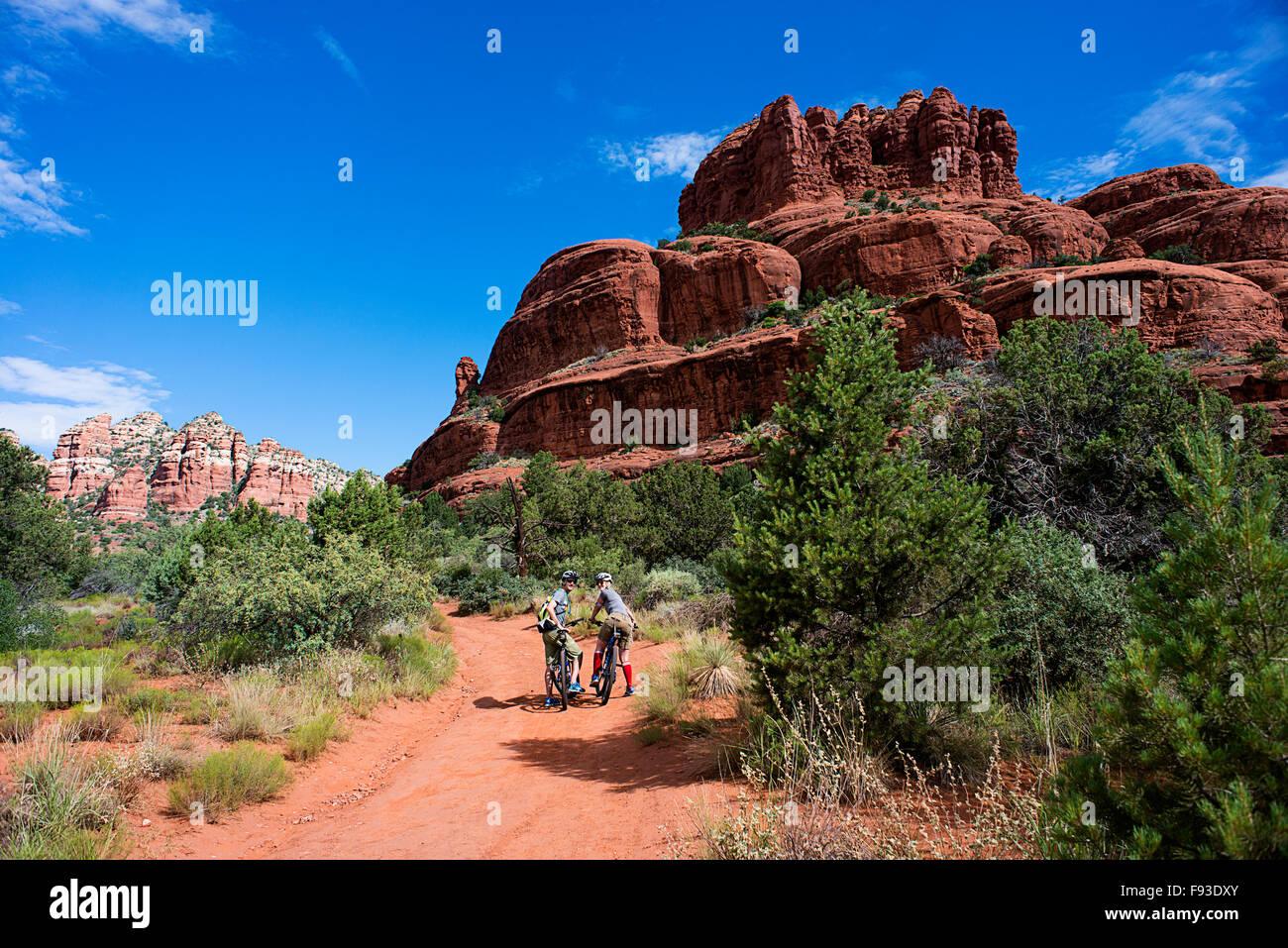 Un par de bicicletas de montaña cerca de Sedona, Arizona. Imagen De Stock