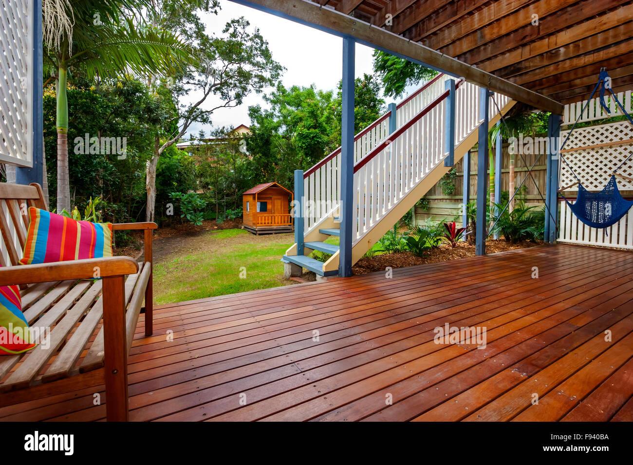 Acogedor Patio Interior Con Una Terraza Grande Y Las