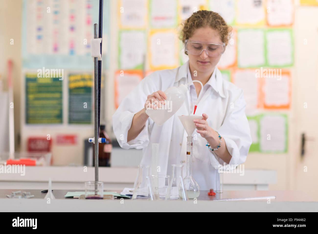 Biología Química un nivel gcse estudiante haciendo trabajos prácticos en el laboratorio. Imagen De Stock