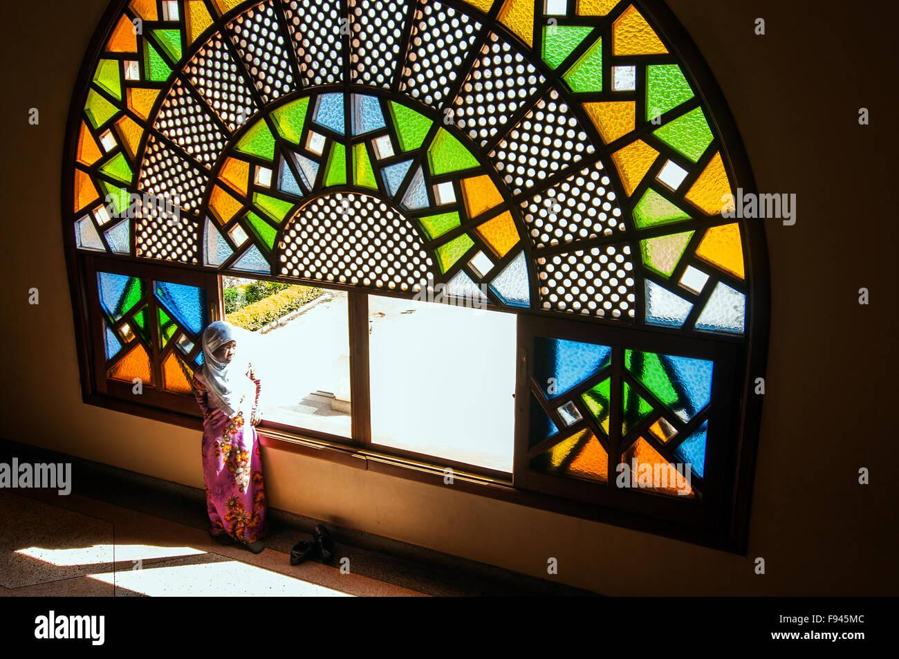 La pequeña niña a Gadafi La Mezquita Nacional, Kampala, Uganda Imagen De Stock