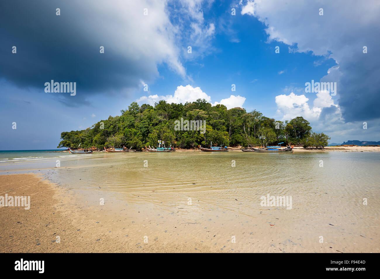 Pequeña isla justo al lado de la playa Klong Muang. Provincia de Krabi, Tailandia. Foto de stock