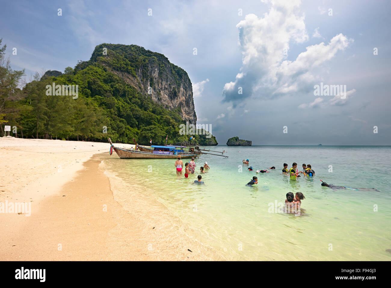 Los turistas bañarse en el mar de Andaman en el bech sobre Poda Island (Koh Poda). La provincia de Krabi, Tailandia. Foto de stock