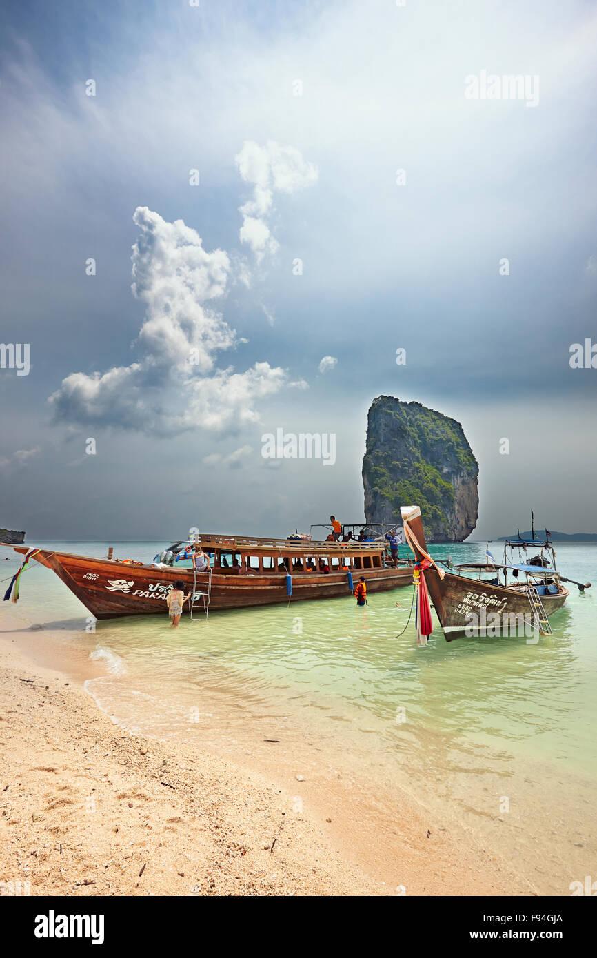 Barcos tradicionales de cola larga amarrados en la playa de la isla de Poda (Koh Poda). Provincia de Krabi, Tailandia. Foto de stock