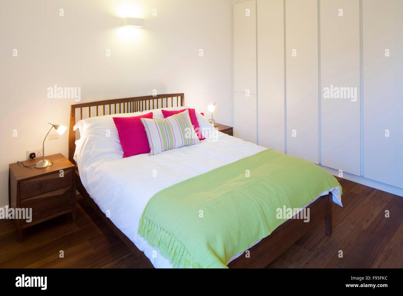 Uno Church Square, Londres, Reino Unido. Dormitorio con pisos de madera en un apartamento moderno. Imagen De Stock