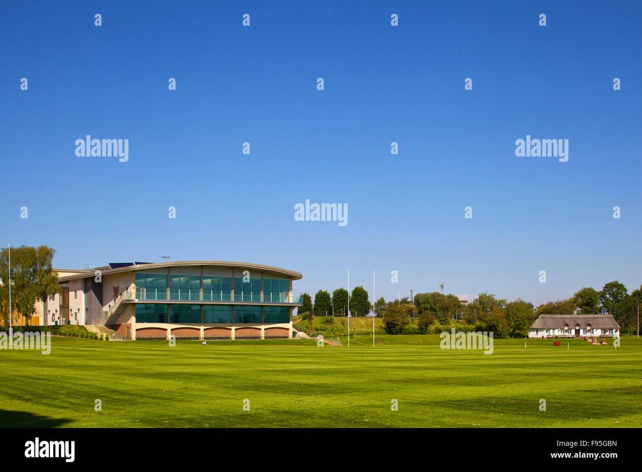 Stamford dotado las escuelas centro deportivo. Vista lejana del centro deportivo y del campo en el Stamford dotadas Imagen De Stock