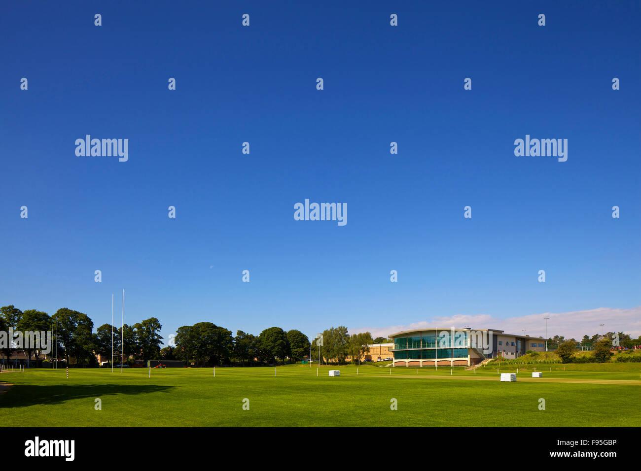 Stamford dotado las escuelas centro deportivo. Vista lejana del centro deportivo y del campo en Stamford dotadas Imagen De Stock