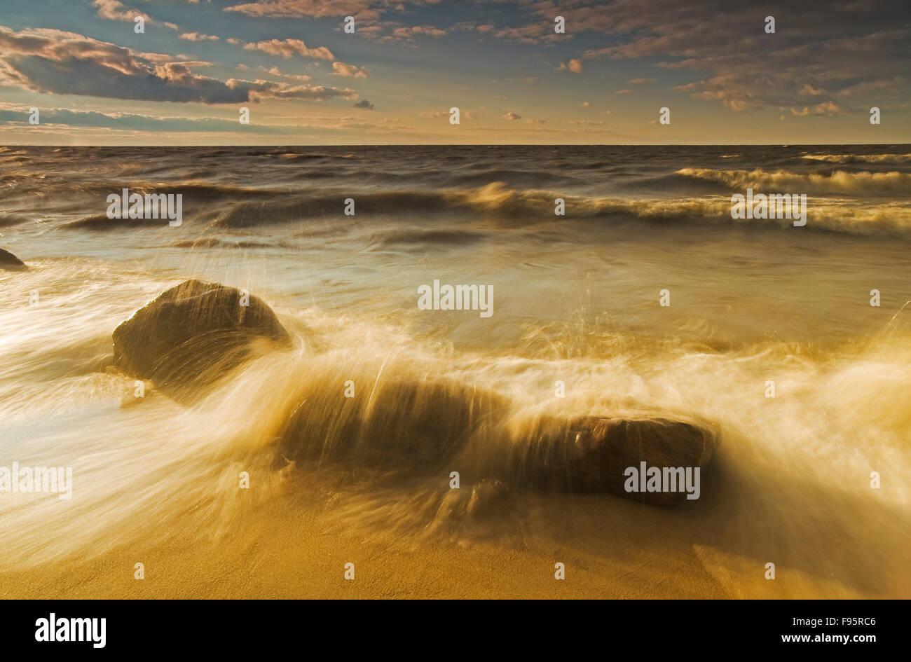 Surf durante una noche ventosa, ladera Playa, Lago Winnipeg, Manitoba, Canadá Foto de stock