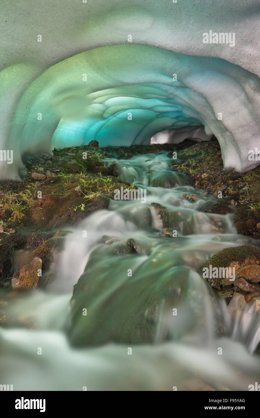 La cueva de hielo, región Landmannalaugar, Islandia Foto de stock