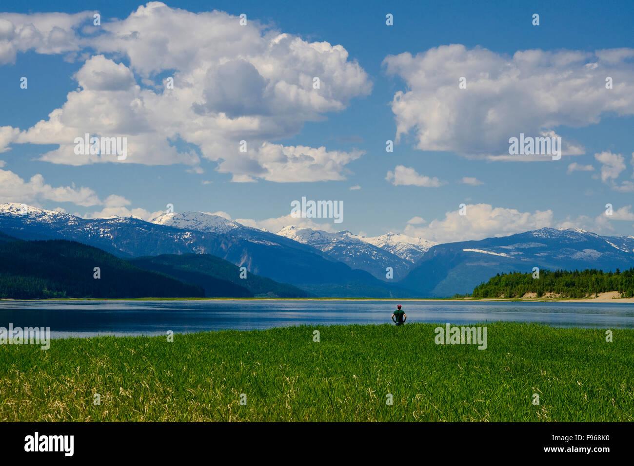 Camper penetra en las vistas del lago, cerca de flecha superior Revelstoke, en el Columbia/Shuswap región de British Columbia, Canadá Foto de stock