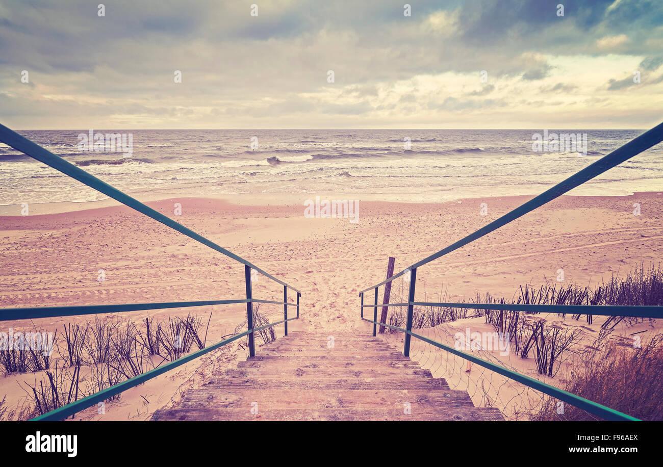 Escaleras de madera en tonos Vintage en una playa. Imagen De Stock