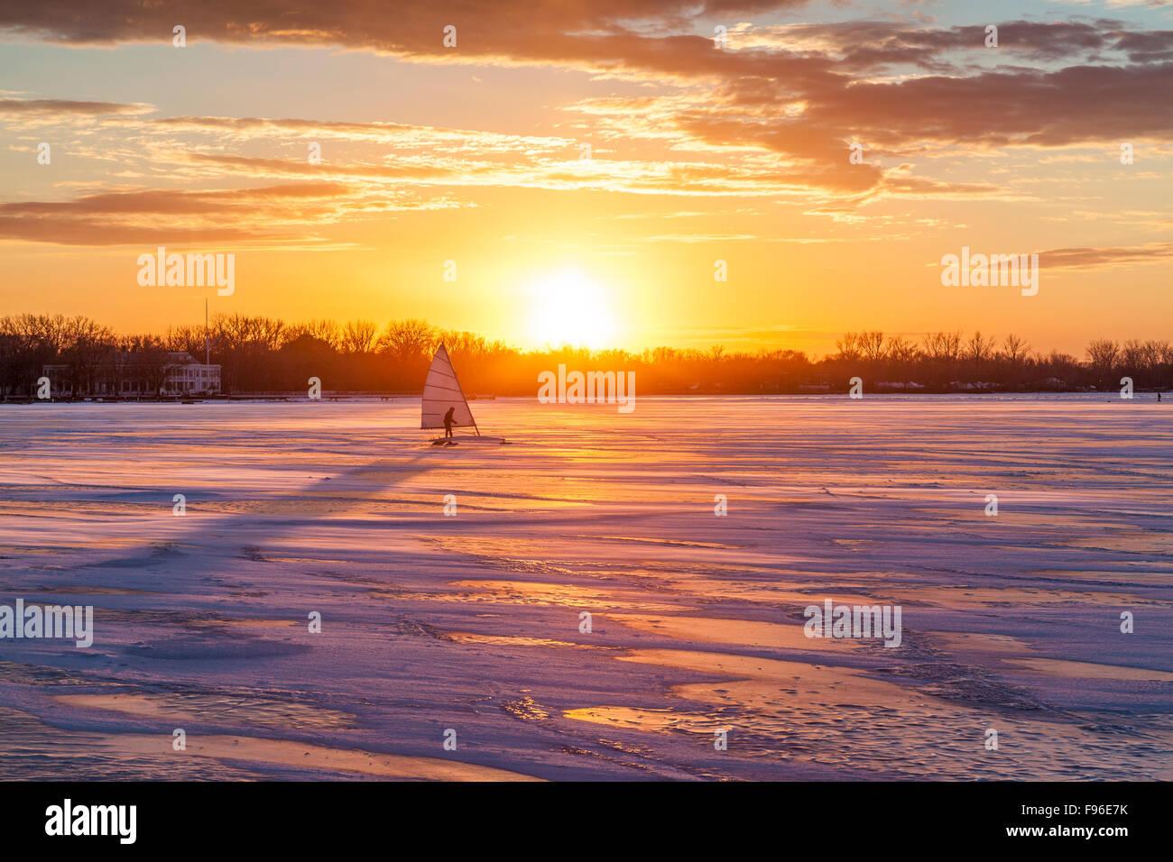 Windsurf sobre hielo al atardecer en el puerto interior de Toronto, Toronto, Ontario, Canadá Foto de stock