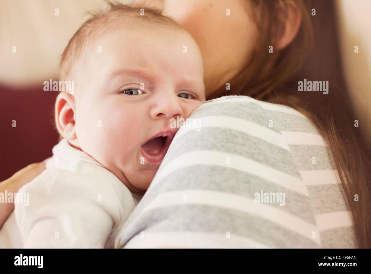 Lindo bebé recién nacido niño relajado en casa con su madre Imagen De Stock