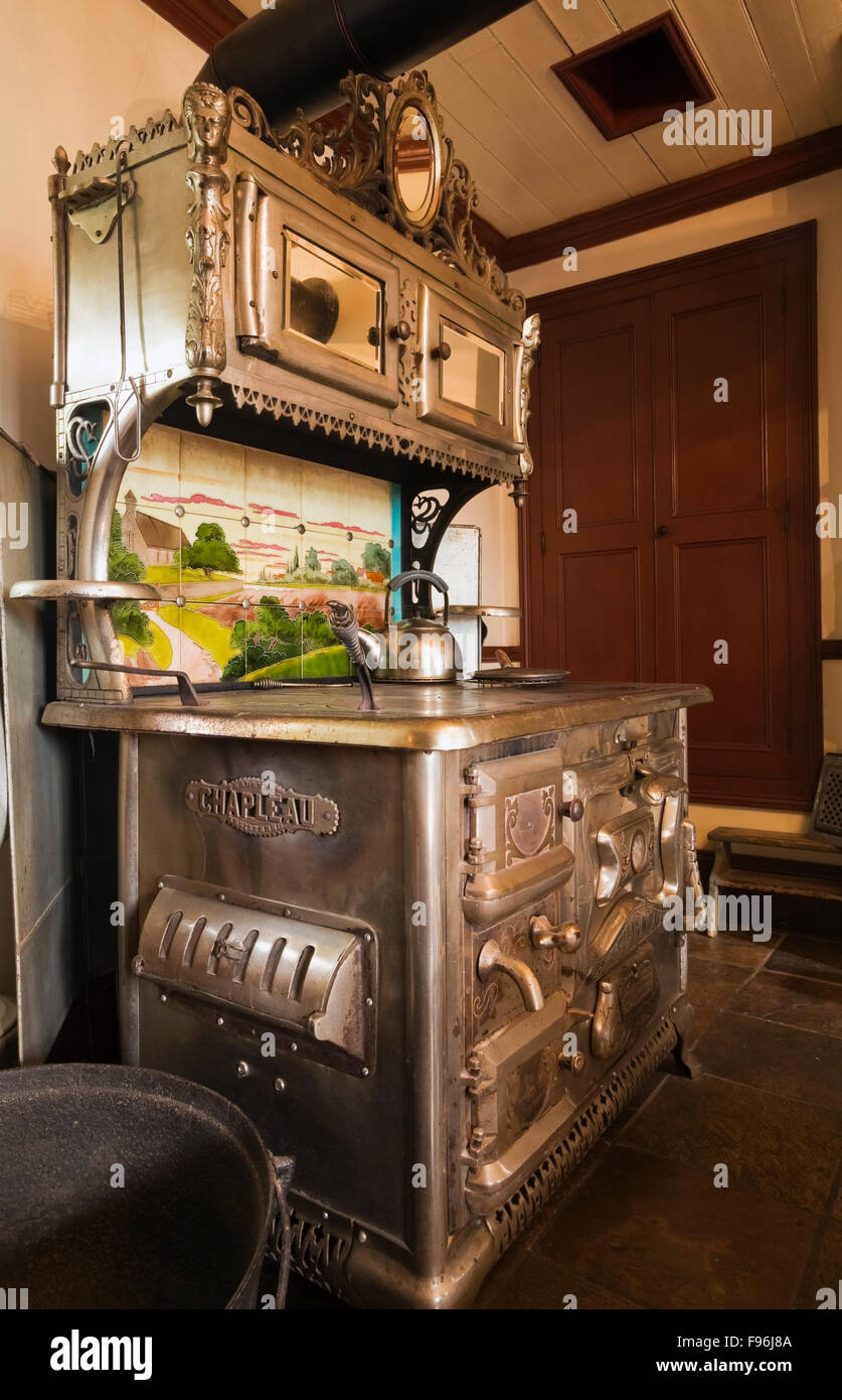 Cocina con muebles antiguos de hierro fundido en una antigua estufa ...