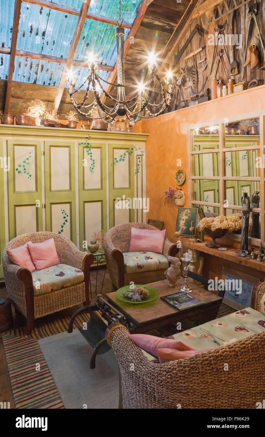 Sala De Estar Con Sillas De Mimbre Amor Asiento Y Mesa De Cafe De