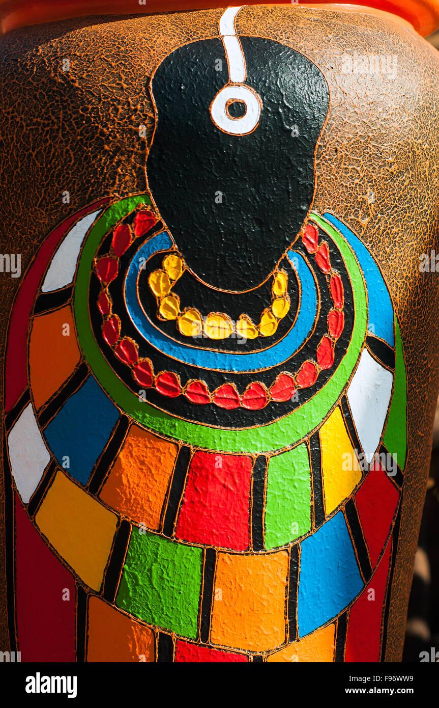 Figura tribal en gran jardín macetas para venta, CBD, Kampala, Uganda Imagen De Stock