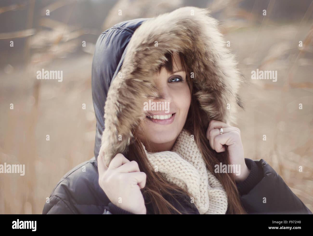 Retrato de mujer con capucha en otoño de país Imagen De Stock