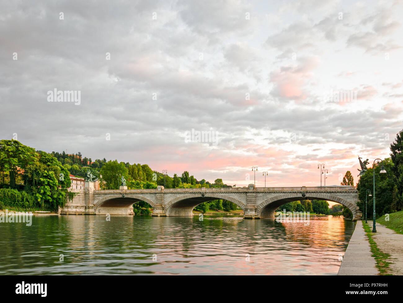 Turín (Torino), Puente Umberto I y el río Po al atardecer Foto de stock