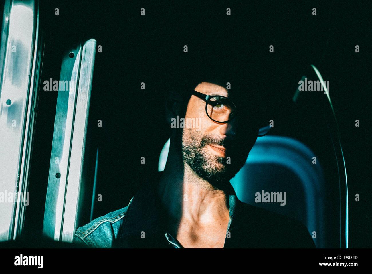 Retrato de Joven de llevar gafas. Imagen De Stock