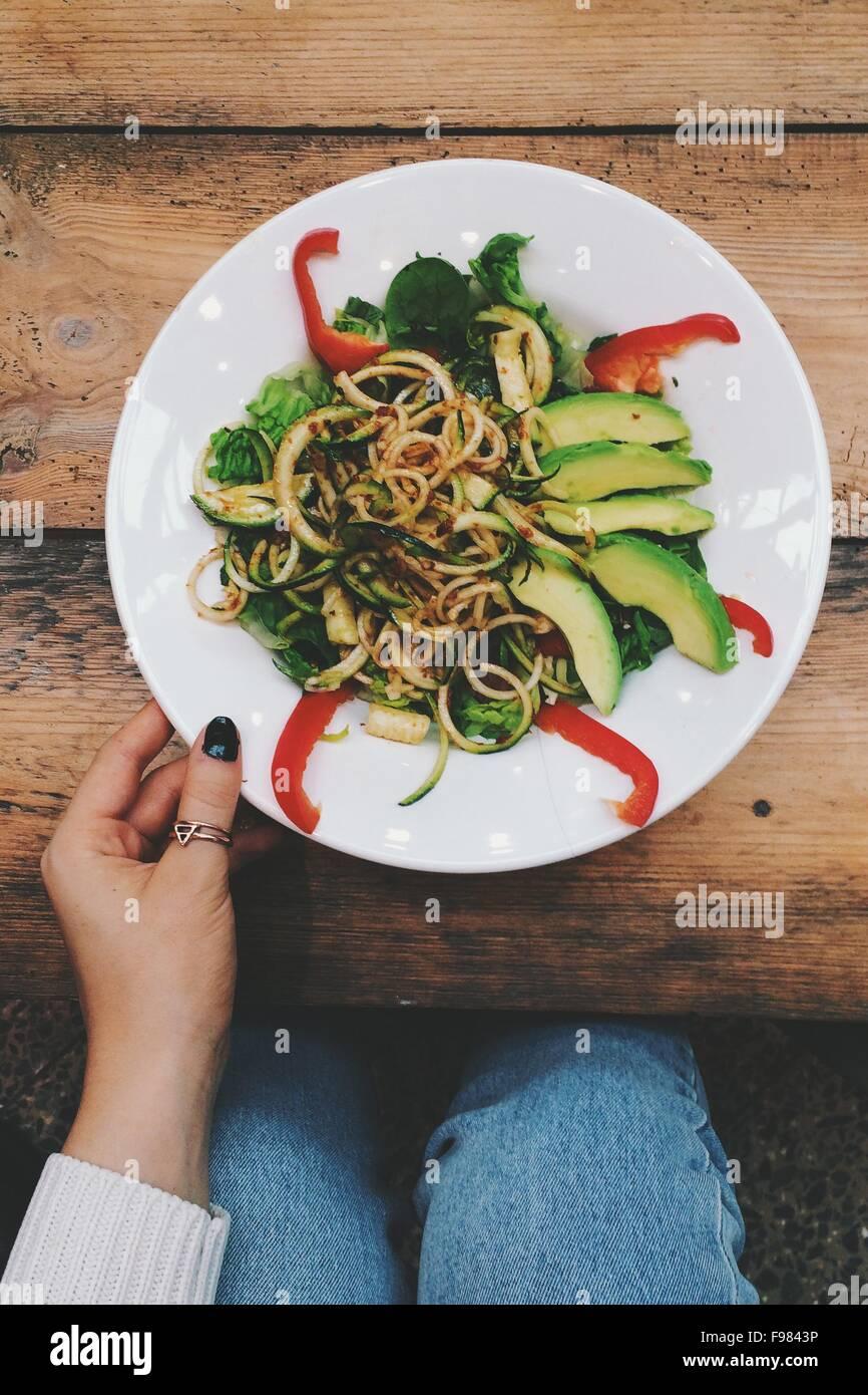 Un alto ángulo de visualización de la mujer comiendo fideos en la mesa Imagen De Stock