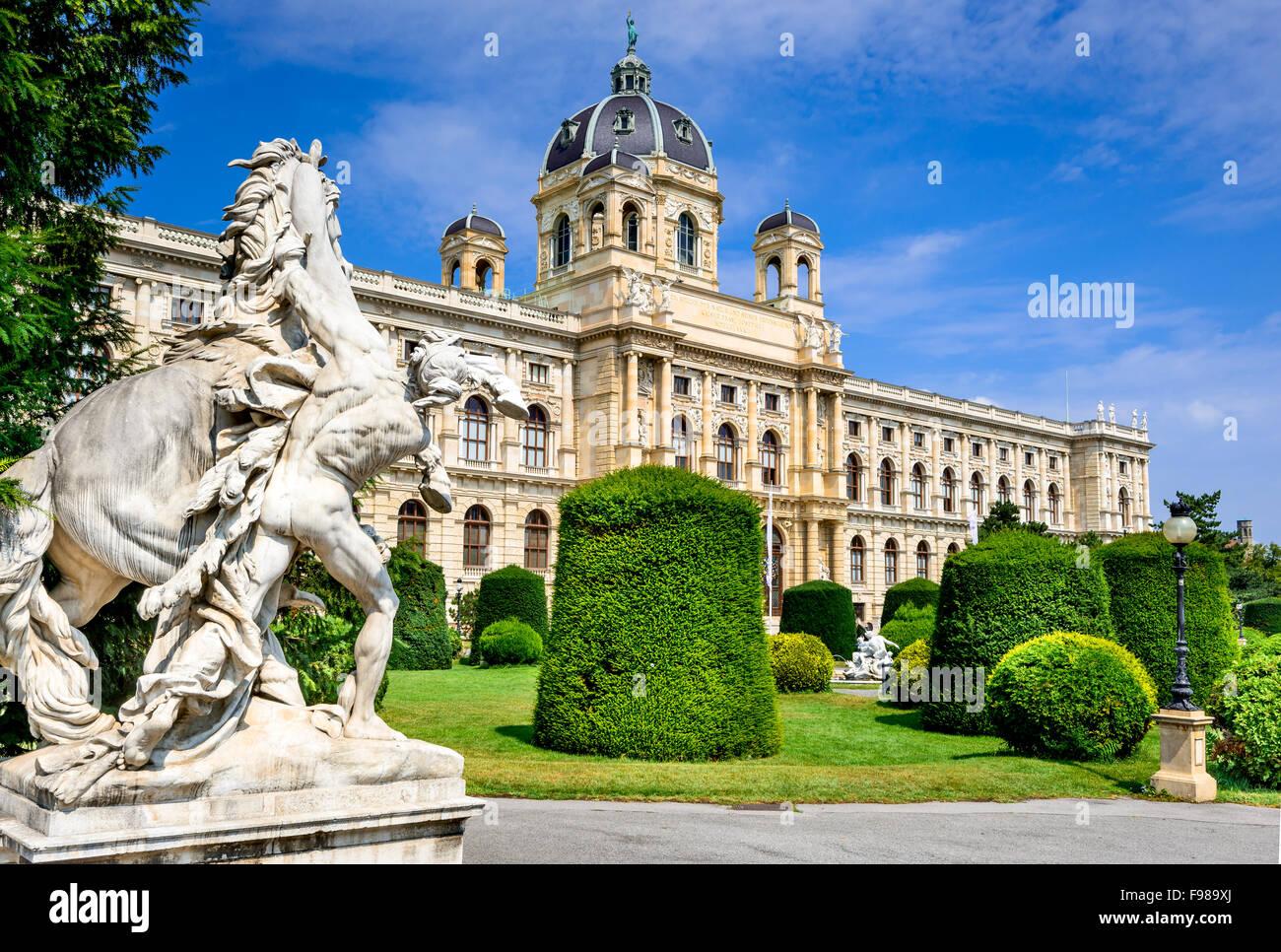 Viena, Austria. Hermosa vista del famoso Naturhistorisches Museum (Museo de Historia Natural) con el parque calle Imagen De Stock