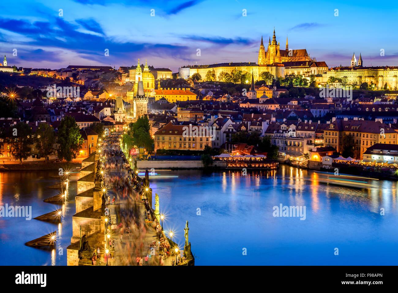 Praga, República Checa. Charles Bridge y Hradcany (Castillo de Praga) con la Catedral de San Vito y San Jorge Imagen De Stock