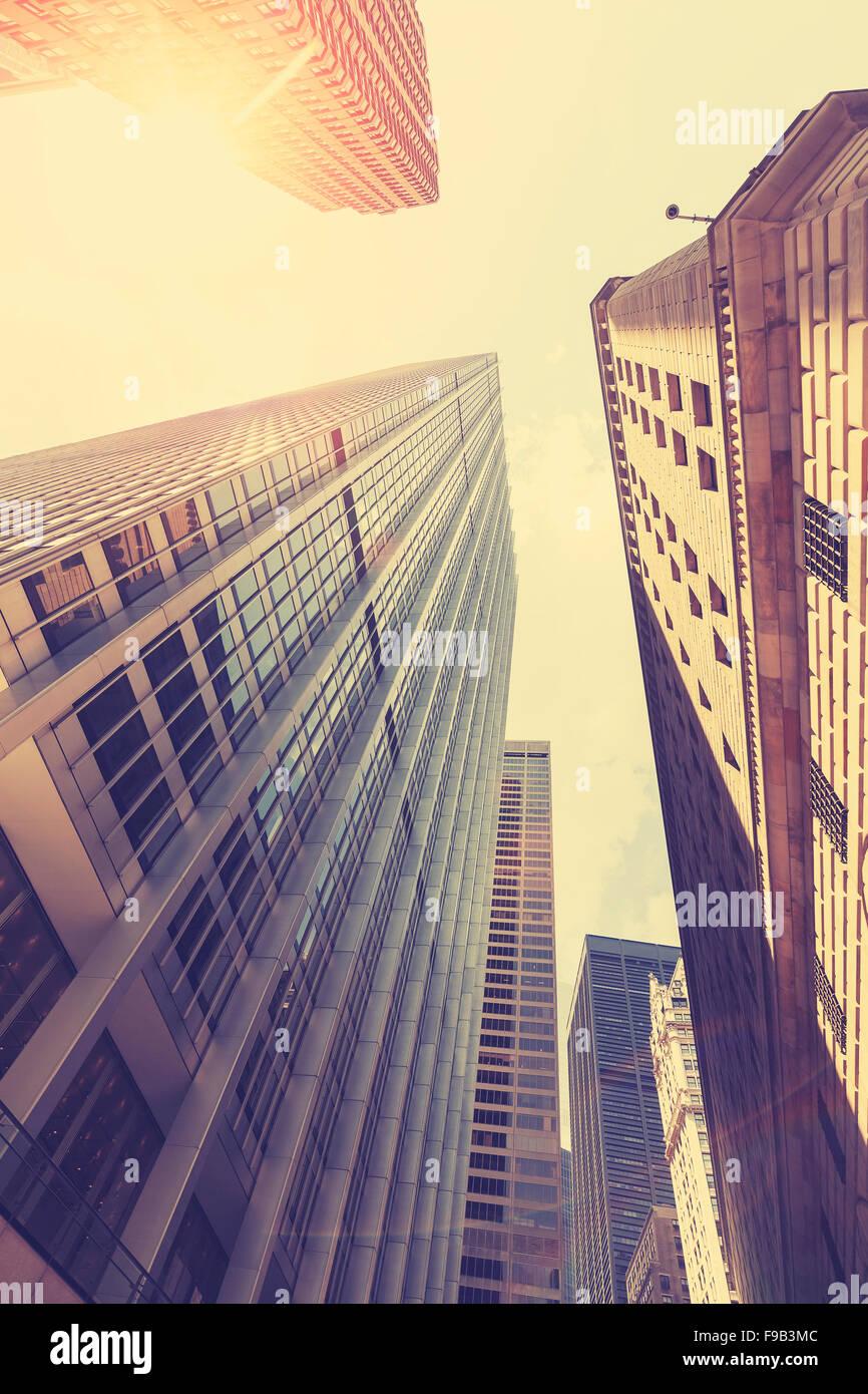 Foto estilizados retro de los rascacielos de Manhattan al atardecer con efecto Destello de lente, la ciudad de Nueva Imagen De Stock