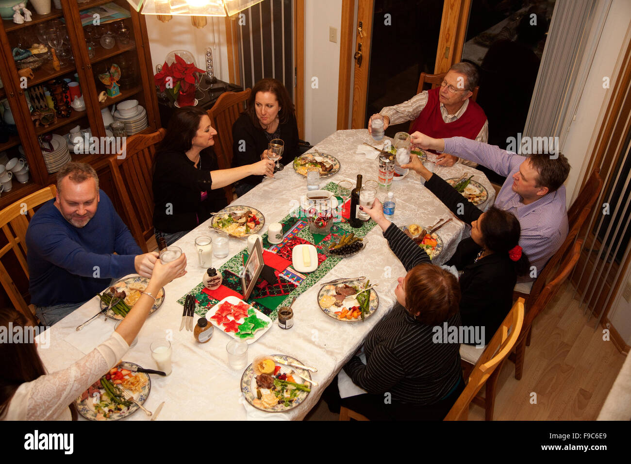 Tostado de la familia alrededor de la mesa del comedor. Mahtomedi MN Minnesota EE.UU. Imagen De Stock