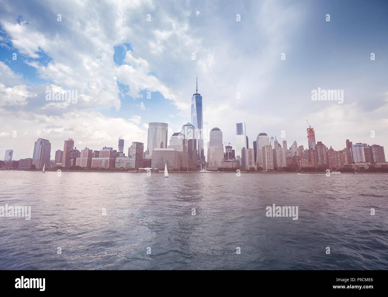 Imagen en tonos vintage de Nueva York waterfront antes de lluvia, USA. Imagen De Stock