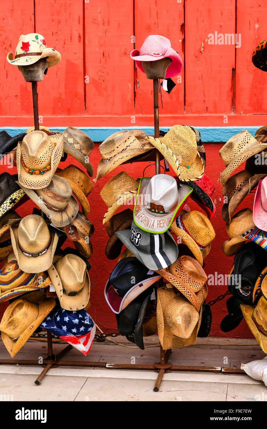 Diferentes formas y estilos de sombreros de vaqueros a la venta en una  tienda en Venice bf312e60b10
