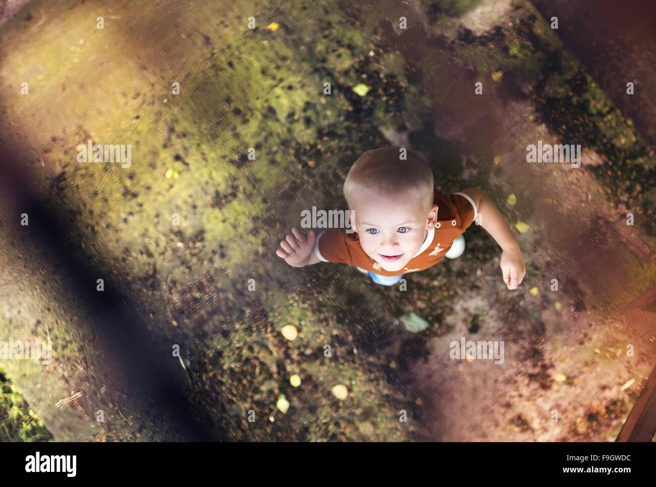 Cute little boy a dar un paseo por la ciudad Imagen De Stock