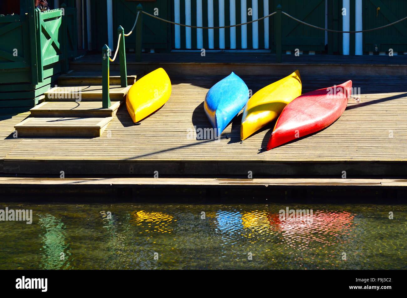 Coloridos kayaks en un muelle de madera. Concepto de vacaciones de verano Imagen De Stock
