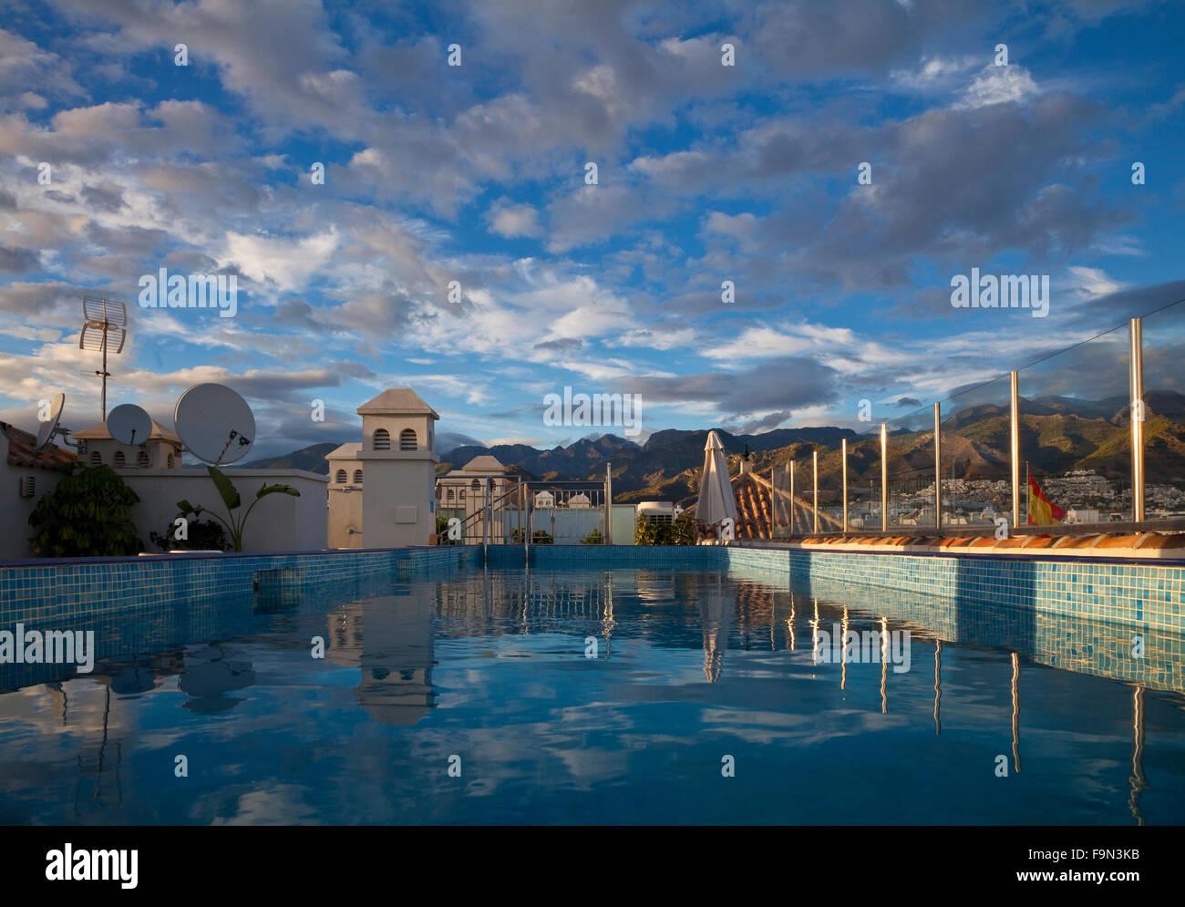 Nerja im genes de stock nerja fotos de stock alamy for Follando en la piscina del hotel