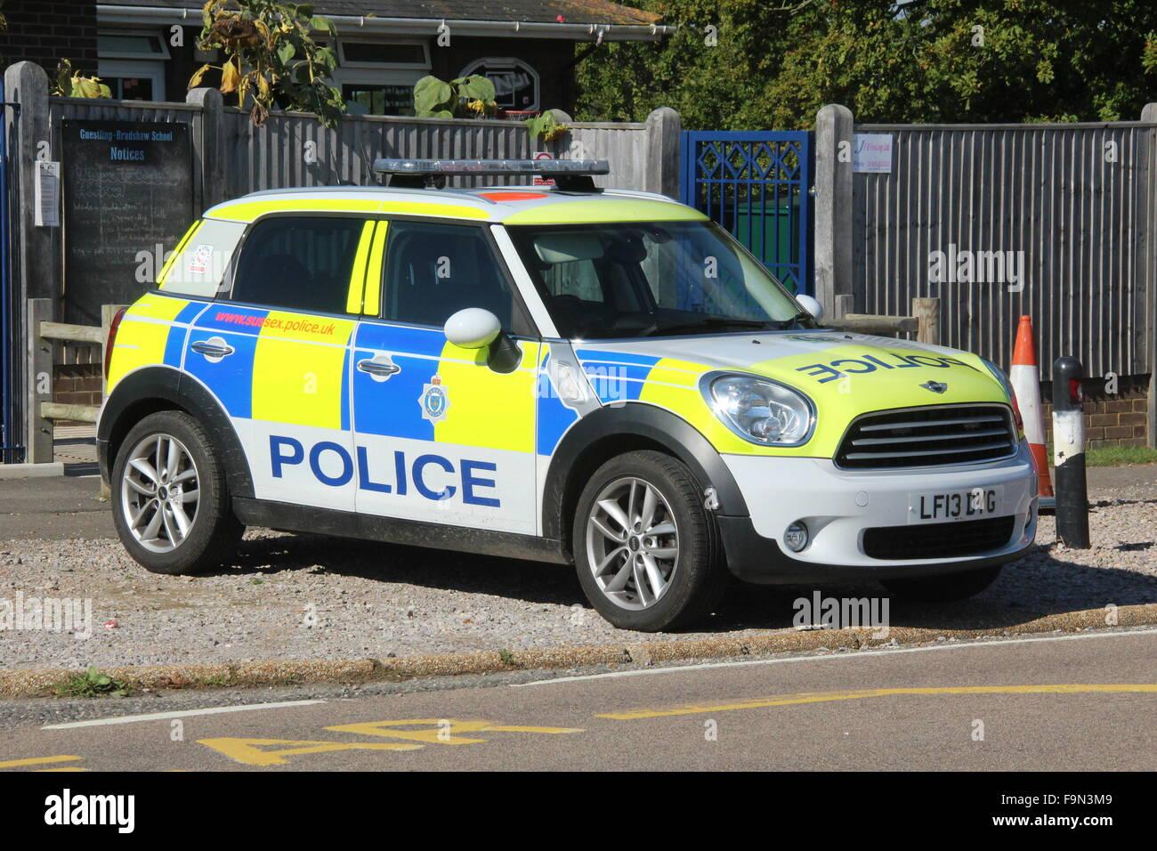 La policía de SUSSEX BMW nuevo Mini Coche policial visto estacionado en público en la brillante luz del Imagen De Stock