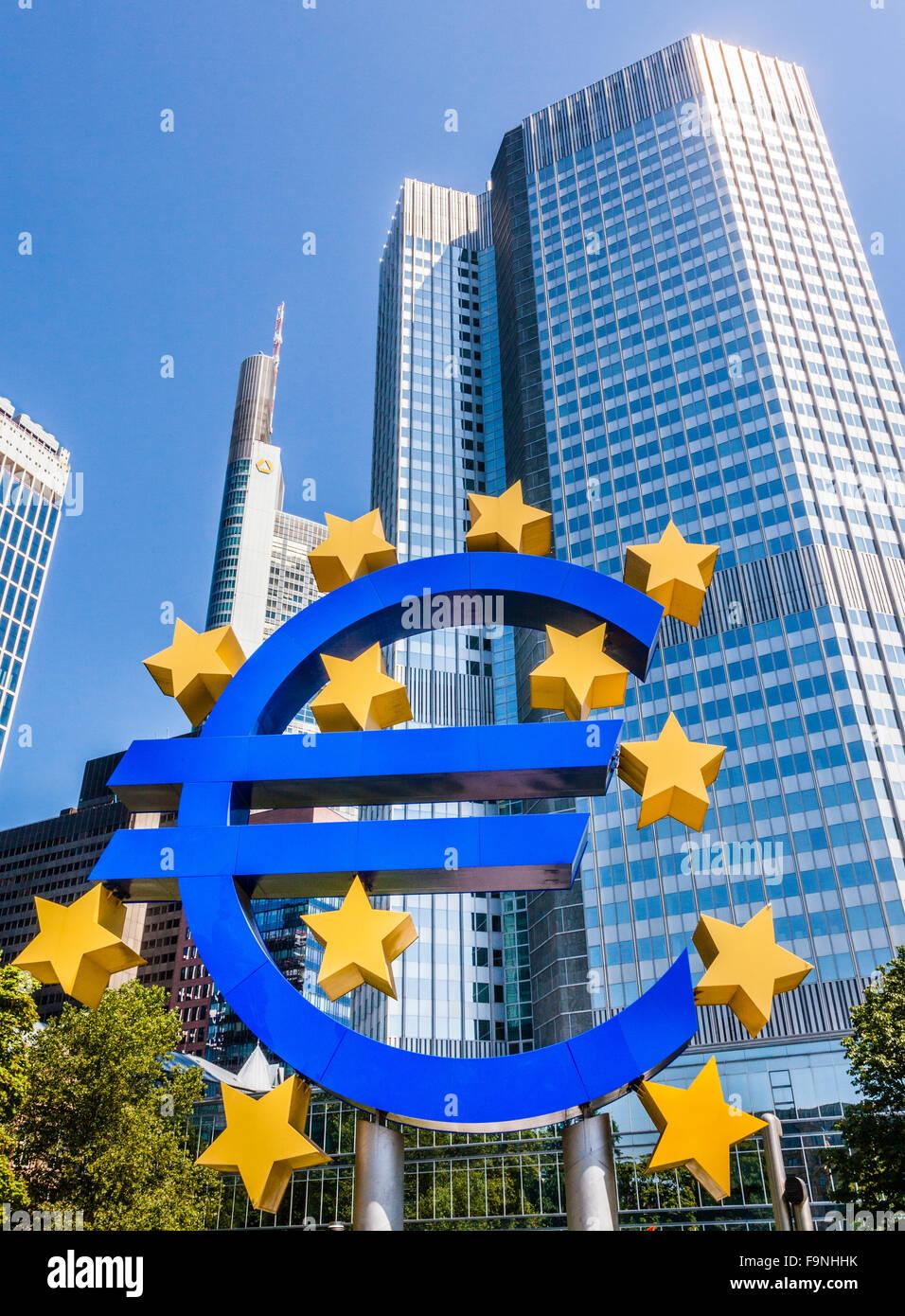Alemania, Hesse, Fráncfort del Meno, el símbolo del euro en la Eurotower del Banco Central Europeo, BCE Foto de stock