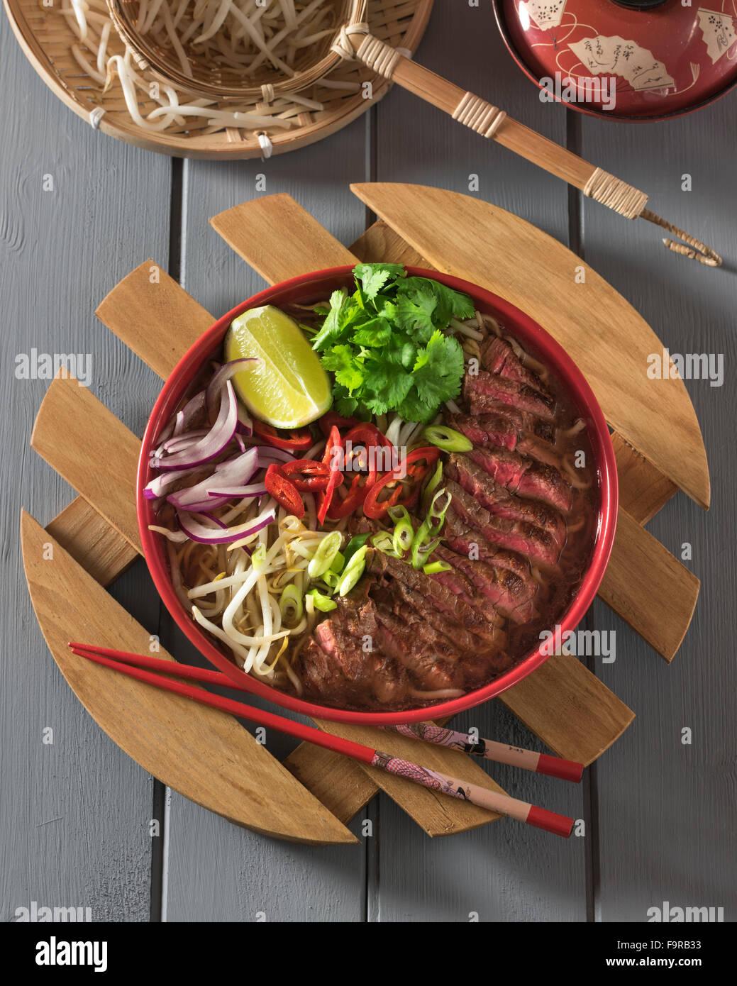 Ramen de carne de vacuno. Caldo de carne picante con carne de res y fideos. La comida japonesa Imagen De Stock