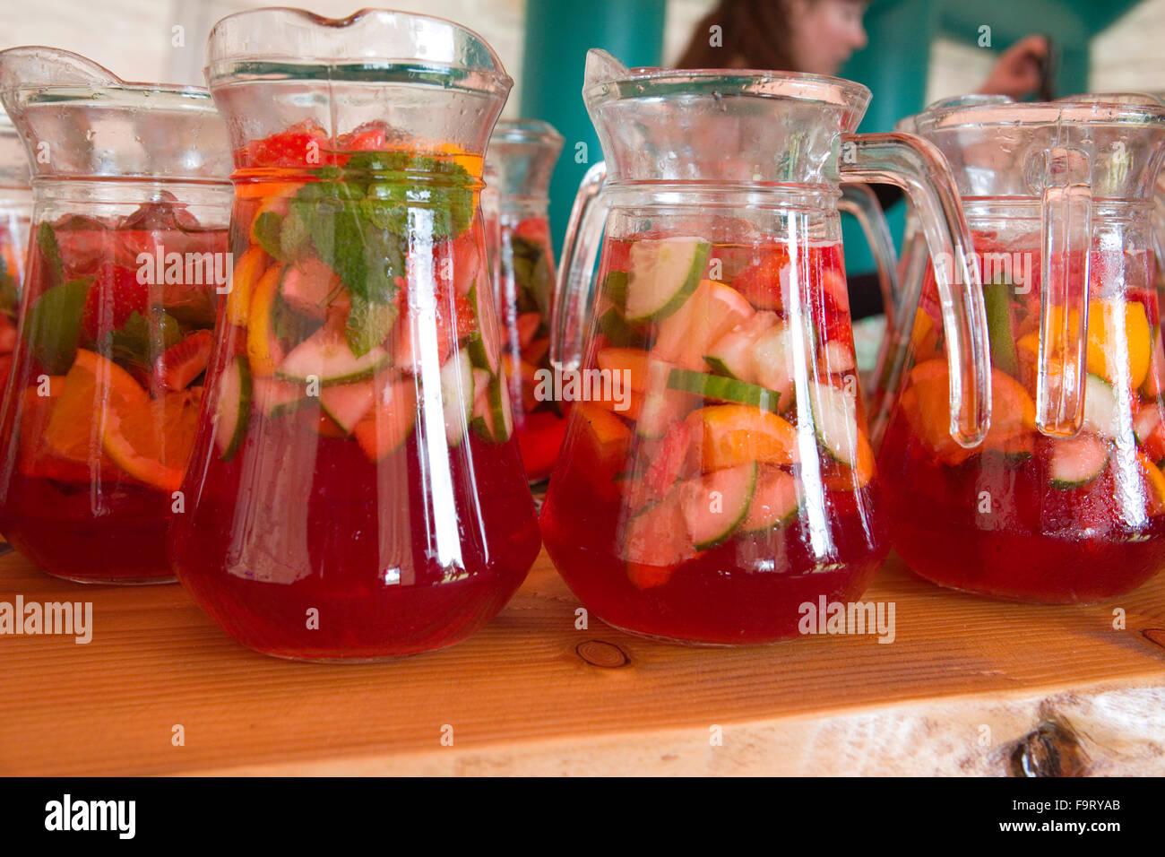 Pimms y limonada vasos de vidrio jarra de bebida alcohólica de frutas refrescantes bebidas alcohol menta fresca Imagen De Stock