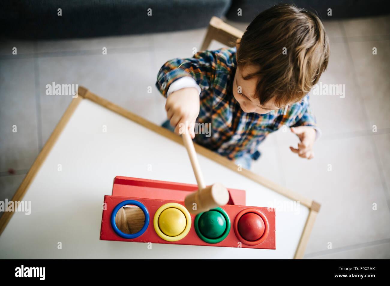 Chico jugar con juguetes de habilidades motoras de madera Imagen De Stock