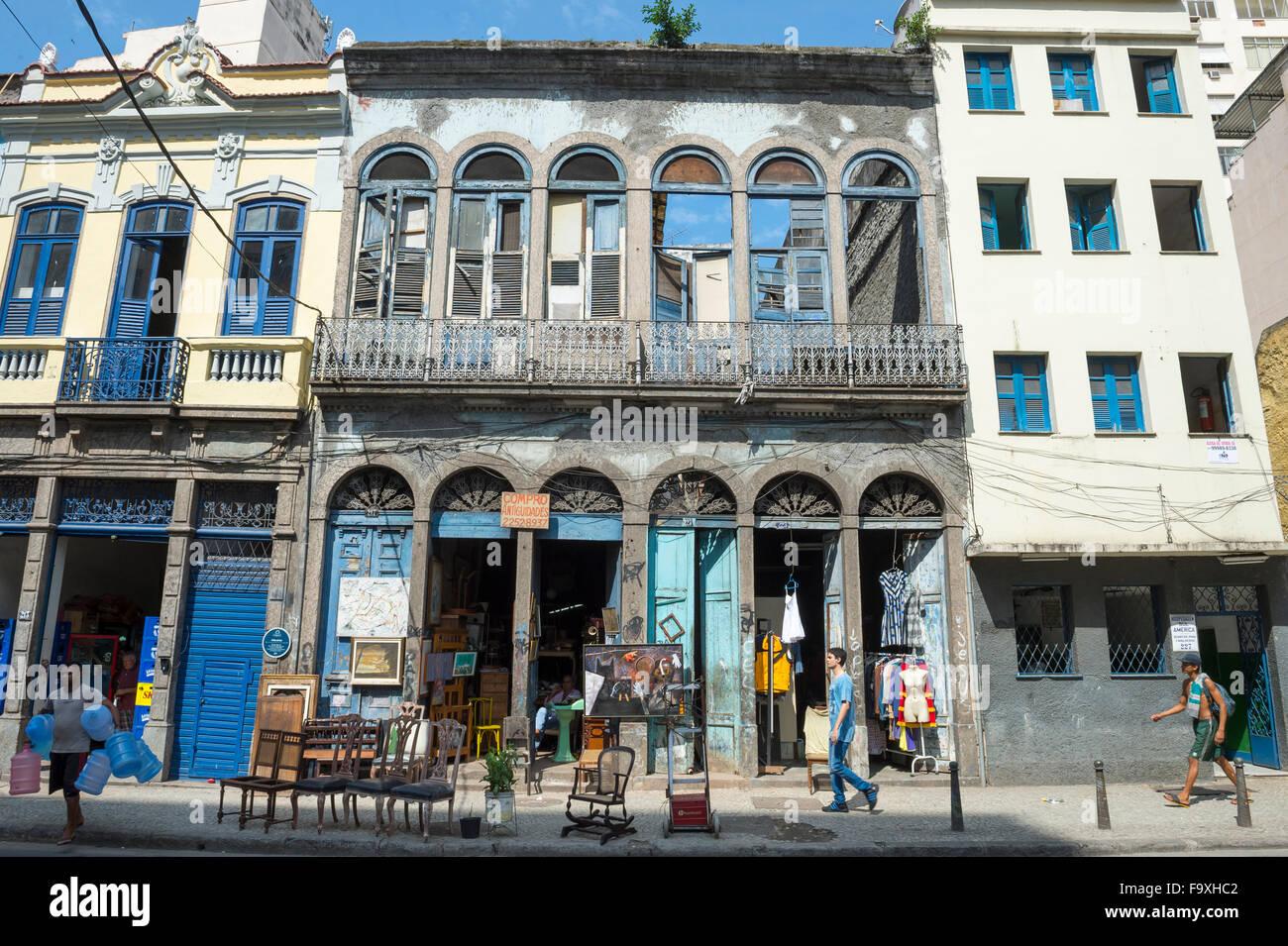 Río de Janeiro, Brasil - 22 de octubre de 2015: los peatones pasen por delante de arquitectura ecléctica, Imagen De Stock