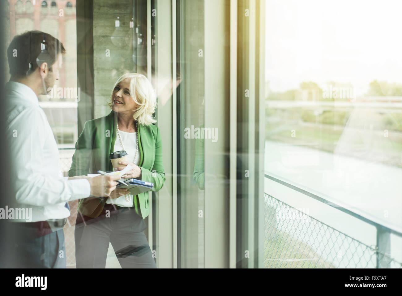 La empresaria comunicando con un socio de negocio Imagen De Stock