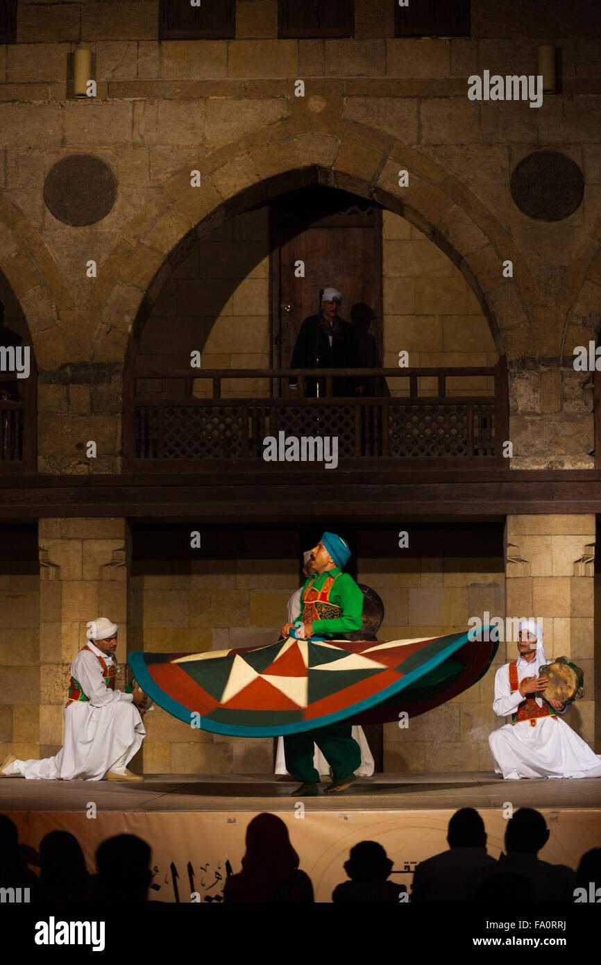 Un bailarín sufí en su vestido verde giratoria durante un torbellino de rendimiento derviche, una famosa atracción turística, al Al Ghouri Foto de stock