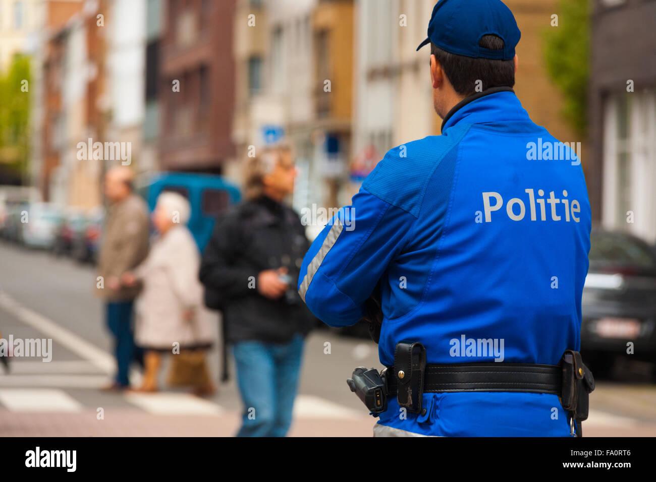 La parte trasera de la policía en Flandes Politie chaqueta