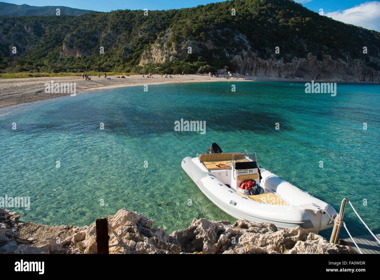 Cala Luna beach, Gulfo di Orosei, Cerdeña, Italia con barco en primer plano Imagen De Stock